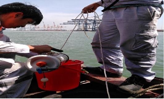 Quan trắc viên thực hiện lấy mẫu và quan trắc hiện trường nước mặt sông Thị Vải ngày 06/11/2018