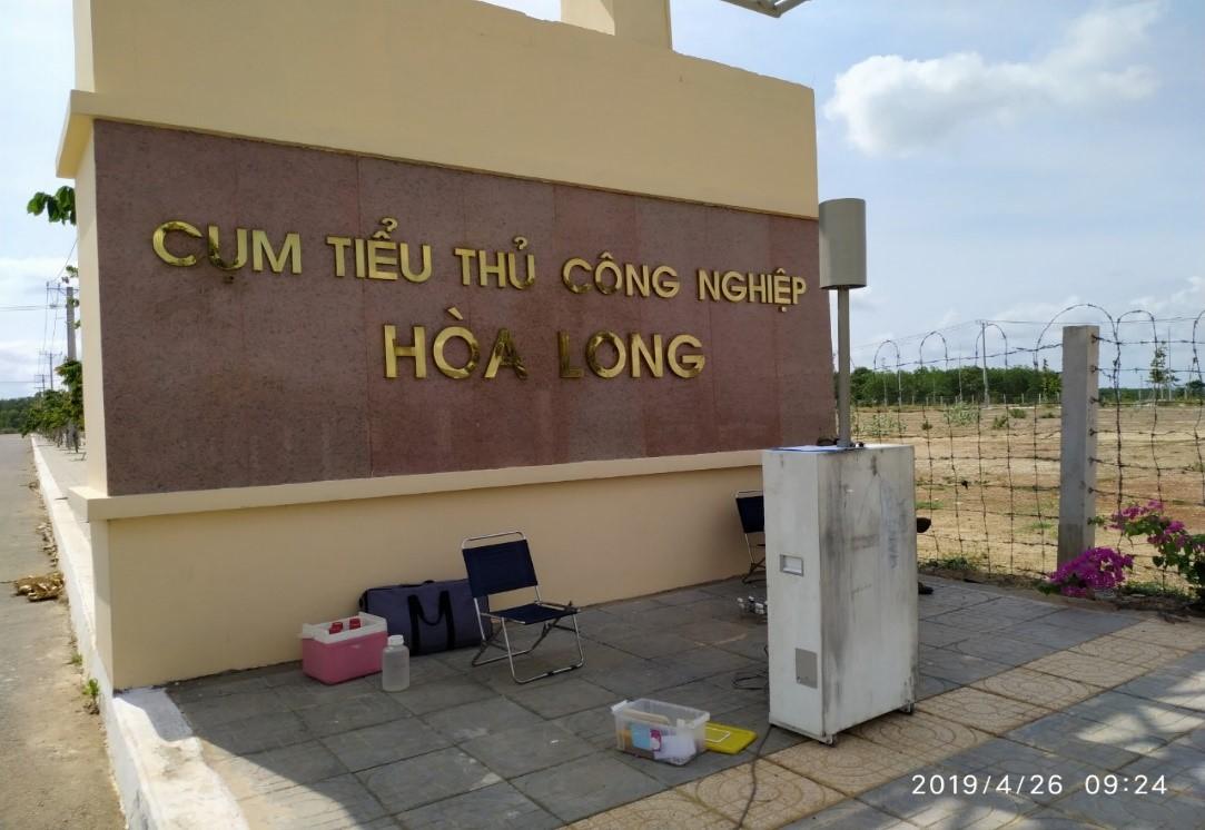 Quan trắc viên thực hiện lấy mẫu và quan trắc hiện trường khu vực cụm tiểu thủ công nghiệp Hòa Long (K60) ngày 26/4/2019